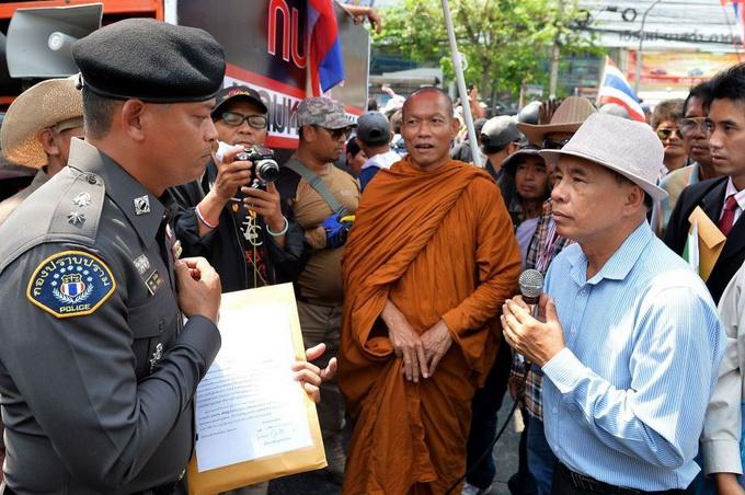 misbehaving-buddhist-monks